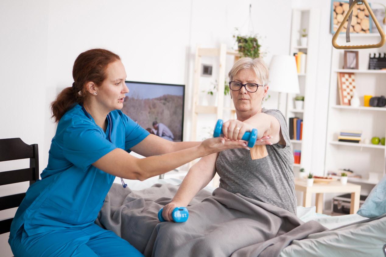 VDSWebLicensed_female-doctor-helping-elderly-age-woman-with-physi-ZABJND7